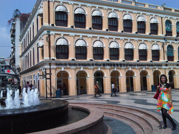 My favorite spot ever: Senado Square! <3 Fotonya sedikit nyureng karena harus hadap matahari, haha..